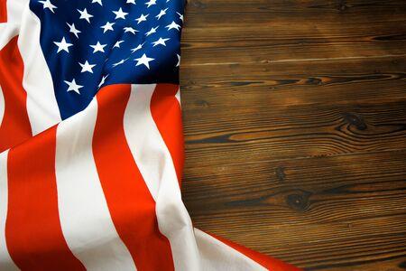 Amerikanische Flagge auf einem alten hölzernen Schreibtisch Draufsicht - Image