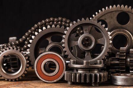 Różne części i akcesoria samochodowe na czarnym tle