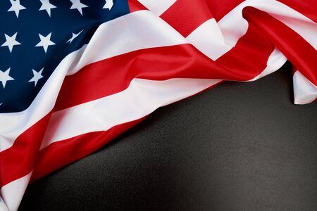 Bandera americana en una vista superior de fondo negro - Imagen