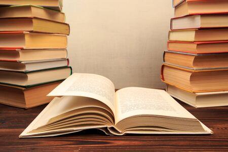 Koncepcja uczenia się edukacji z otwieraniem książki lub podręcznika w starej bibliotece,