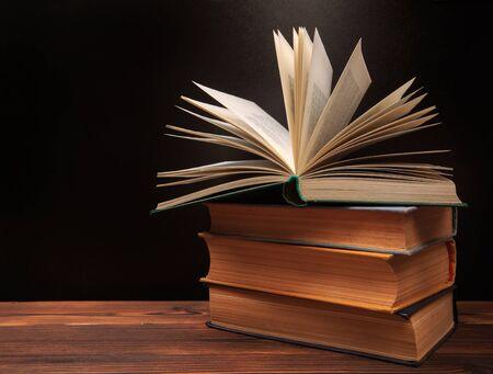 Open boek op de schoolbordachtergrond. - Afbeelding Stockfoto