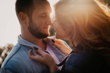 Gelukkig verliefde paar buiten in park - Image