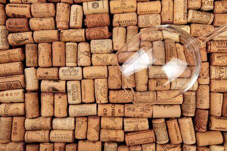 Gros plan de fond de nombreux bouchons de vin différents avec des dates et des gouttes de vin