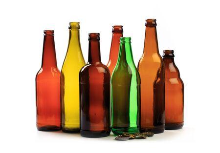 Satz leere Bierflaschen auf weißem Hintergrund