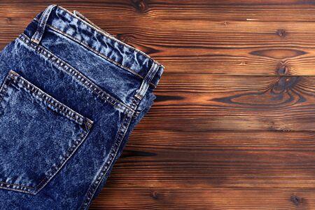 niebieskie dżinsy na drewnianym tle - Image Zdjęcie Seryjne