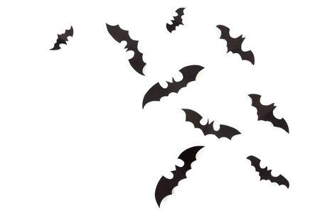 Decoraciones de papel de Halloween sobre fondo blanco. Concepto de Halloween. Endecha plana, vista superior, espacio de copia