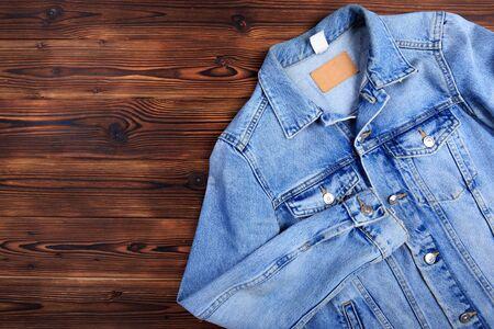 Veste en jean bleu sur fond de bois - Image Banque d'images