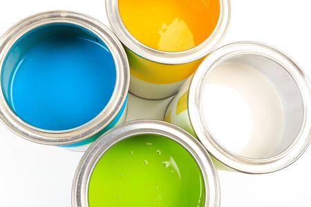 Satz Dosen mit Farblack auf weißem Hintergrund Standard-Bild