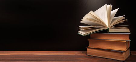 Open book on the blackboard background. - Image 版權商用圖片