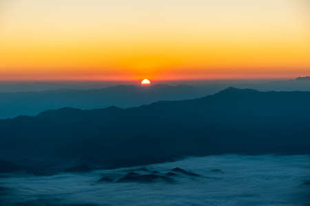 horizon: la salida del sol con las montañas Foto de archivo