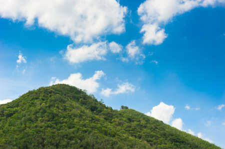 großen grünen Berg Landschaft mit Wolken und blauer Himmel an einem sonnigen Tag