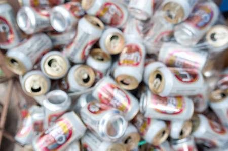 botes de basura: botes de basura falta de definición de la cerveza Foto de archivo