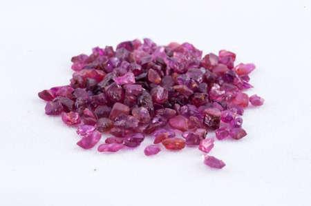 zafiro: cristal de zafiro rosa sobre fondo blanco Foto de archivo
