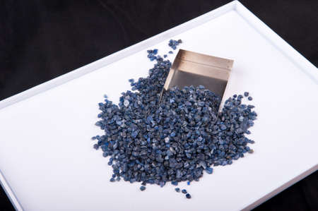 zafiro: cristales de color azul zafiro en bruto, sin cortar y áspera. Foto de archivo