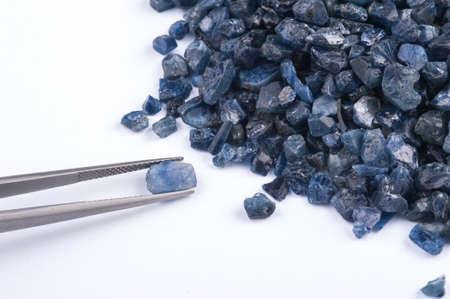 zafiro: cristales de color azul zafiro en bruto, sin cortar y �spera. Foto de archivo