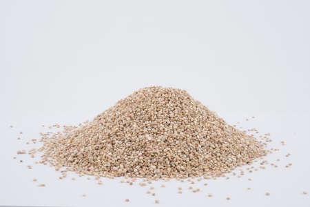 Sementes de Quinoa orgânica (Chenopodium quinoa), comida saudável vegan concep em fundo branco