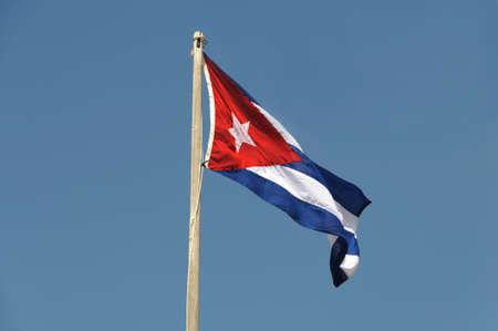 bandera cuba: Bandera de Cuba por el cielo azul.