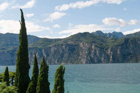 paisaje mediterraneo: Paisaje mediterr�neo en el Lago de Garda, en el norte de Italia.