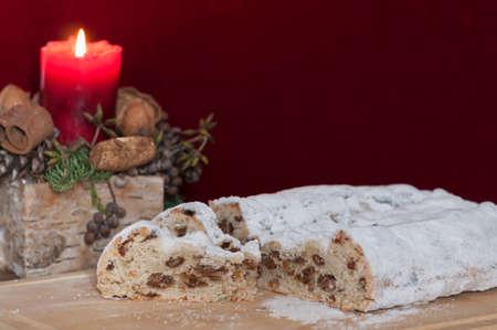 weihnachtskuchen: Weihnachtskuchen mit Weihnachtsdekoration, deutsche Tradition der Weihnachtszeit.