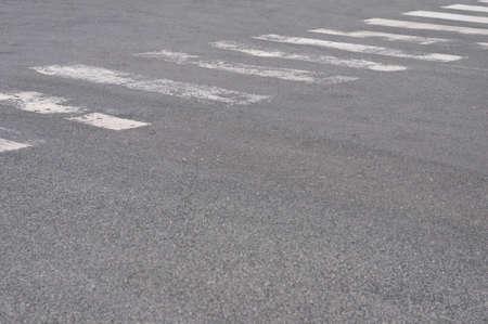 paso peatonal: Resumen de fondo de un camino con paso de peatones. Foto de archivo