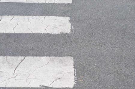 paso de cebra: Resumen de fondo de un camino con paso de peatones. Foto de archivo