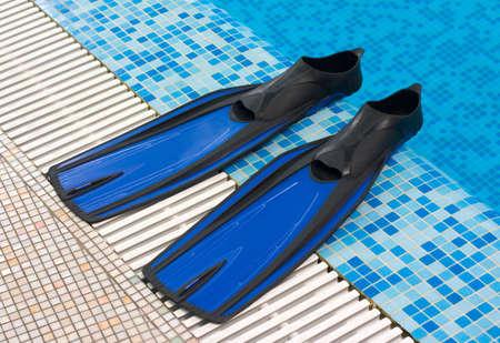 flippers: Blue aletas sentar a un lado de la piscina