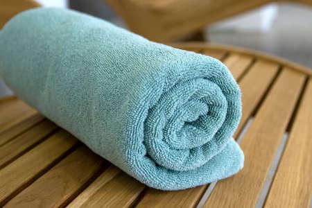 Asciugamano treccia minerale ridotto in un tubulo sulla sedia di legno Archivio Fotografico - 2869581