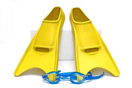 flippers: aletas con gafas para nadar en fondo blanco  Foto de archivo