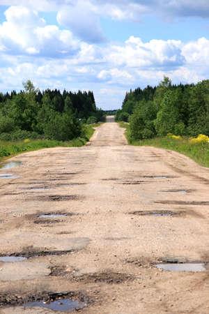 움푹 들어간 곳이있는 나무 도로