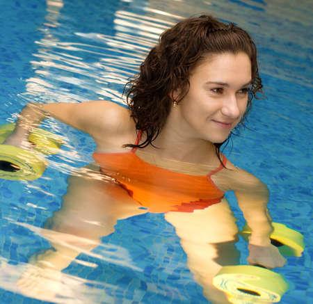 Donna è impegnata aqua aerobica in acqua Archivio Fotografico - 5178504