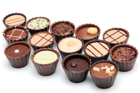 Gemengde chocolade tegen een witte achtergrond (kandij mandje) Stockfoto