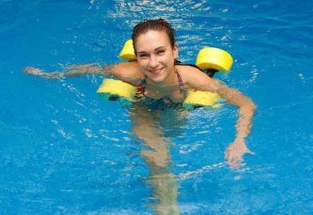 여자 아쿠아 에어로빅 dumbbells 함께 웃고입니다. 물 에어로빅