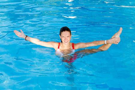 Vrouw krijgen Stretch in water zwembad. Bevat de voet Stockfoto