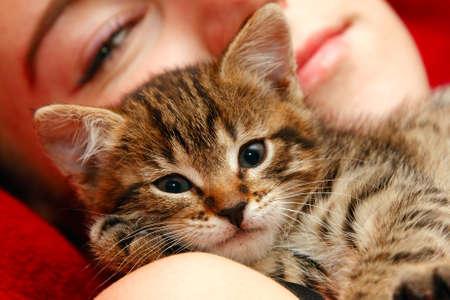 소녀와 작은 꼬마 고양이 사이의 사랑 스톡 콘텐츠 - 9189355