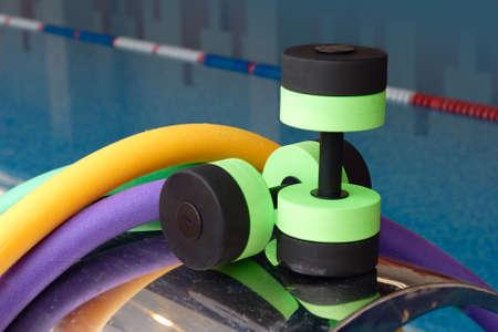 ejercicio aer�bico: Equipo de Aqua aer�bicos, fideos de pesas. Gimnasia acu�tica.