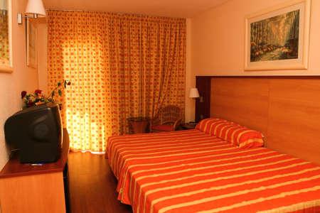 abatjour: Camera da letto colorate in hotel con tavolo e abat-jour e finestra
