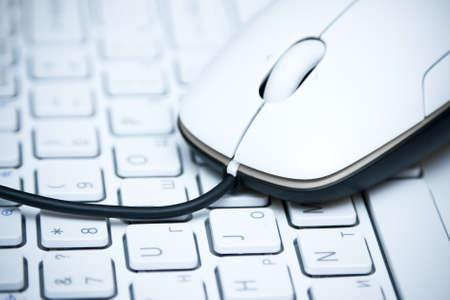 Witte computer muis op het toetsenbord