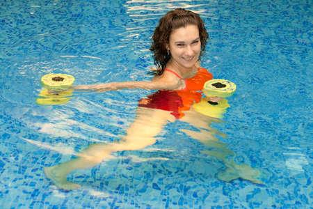 gimnasia aerobica: Mujer en los trenes de aeróbic acuático