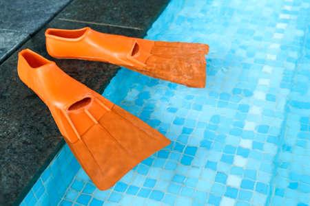 flippers: Naranja de goma aletas en el lado de la piscina