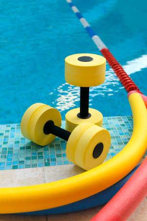 Equipo para Aqua Aerobics en la piscina Foto de archivo
