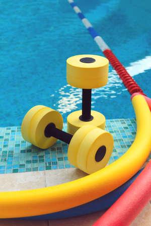 gimnasia aerobica: Equipo para Aqua Aerobics en la piscina Foto de archivo
