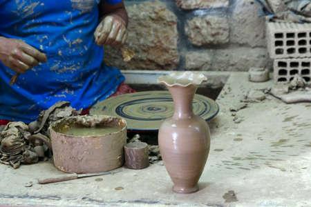 alfarero: alfarero muestra un jarrón listo Foto de archivo