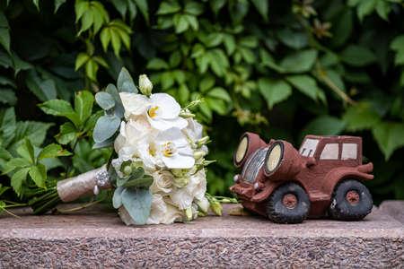 Beautiful wedding bouquet take a decorative car Reklamní fotografie