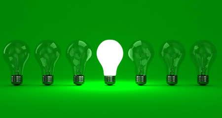 Een rij lampen met een stralende op een groene achtergrond Stockfoto