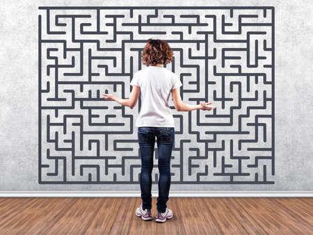 the maze: Foto de la ni�a antes de una pared con un laberinto