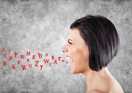 femme bouche ouverte: Cris fille malveillants et les lettres volent d'une bouche Banque d'images