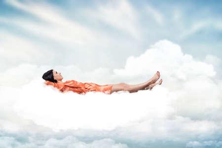 Schöne Mädchen, schlafen auf einer weißen Wolke Standard-Bild