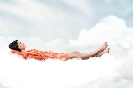 woman sleep: Hermosa chica, durmiendo en una nube blanca