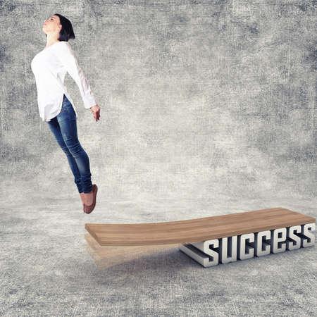 springplank: Mooi meisje, springen in een houten plank Stockfoto