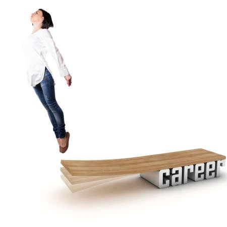 springboard: Hermosa niña saltando en una tabla de madera